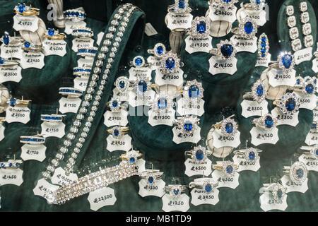 Diamond e zaffiro anelli con i cartellini dei prezzi in vetrina in Glasgow Argyll Arcade, Scotland, Regno Unito Foto Stock