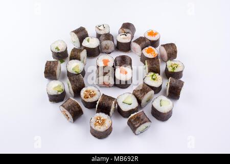 Un set di sushi rotoli disposti in un modo originale. Foto Stock