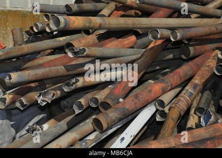 Tubi metallici impilati per rottami Foto Stock