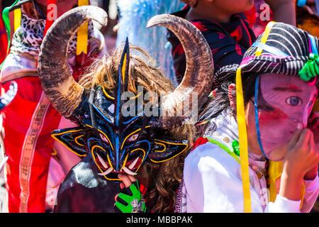 Píllaro, ECUADOR - Febbraio 6, 2016: Sconosciuto locali vestito che partecipano al Diablada, famosa città celebrazioni con persone vestite come diavoli