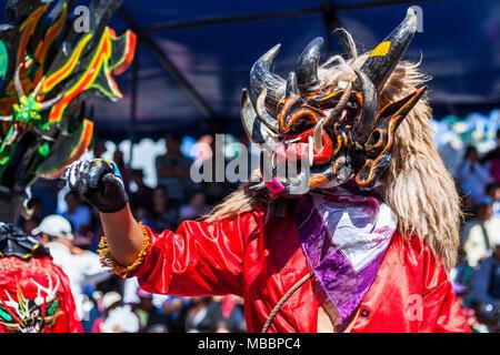 Píllaro, ECUADOR - Febbraio 6, 2016: Sconosciuto locali vestito che partecipano al Diablada, famosa città celebrazioni con persone vestite come diavoli Foto Stock