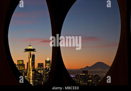 WA15080-00...WASHINGTON - Sunrise su Seattle e Mount Rainier visto attraverso il modulo di modifica la scultura si trova in Kerry Park sulla Queen Anne Hill. Foto Stock