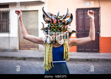 Píllaro, ECUADOR - Febbraio 6, 2016: Unidentified donna vestita come diavolo nel diabladas festeggiamenti in Pillaro. Foto Stock