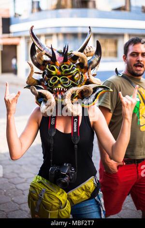 Píllaro, ECUADOR - Febbraio 6, 2016: Unidentified donna vestita come diavolo nel diabladas festeggiamenti in Pillaro, 6 gennaio 2016. Foto Stock