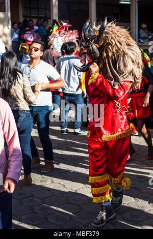 Píllaro, ECUADOR - Febbraio 6, 2016: Unidentified uomo vestito come diavolo nel diabladas festeggiamenti in pillaro.