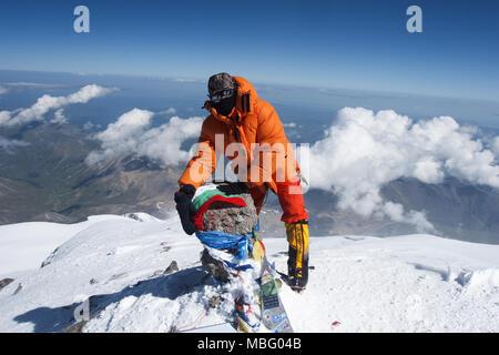 Atanas Georgiev Skatov alpinista sulla vetta del Monte Elbrus (5642m), la montagna più alta in Europa. Kabardino-Balkaria, Russia, Caucaso del Nord Foto Stock