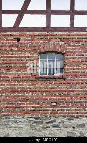 Vintage in mattoni rossi con parete finestra arrugginito Foto Stock