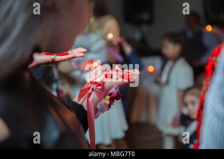 Tenere la mani su henna candela . Essa detiene la candela in mano Henna party Foto Stock