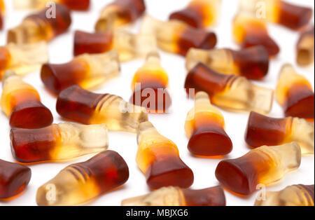 Cola Gummies aromatizzato su sfondo bianco Foto Stock