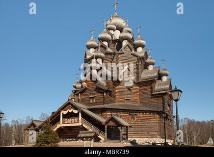 Aprile 11, 2018 a San Pietroburgo, Russia, Chiesa di intercessione della Santa Vergine in Nevsky Forest Park, panorama verso il basso fino in legno di architettura Foto Stock