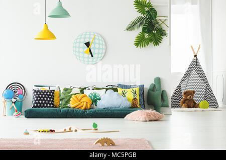 Cuscini Decorativi Per Bambini.Coloratissimi Cuscini Decorativi In Arredamento Moderno Foto
