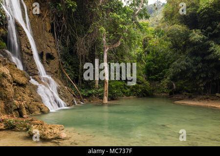Vista idilliaca Moung Khoun Keo cascata, stagno e lussureggianti alberi vicino a Luang Prabang in Laos. Foto Stock