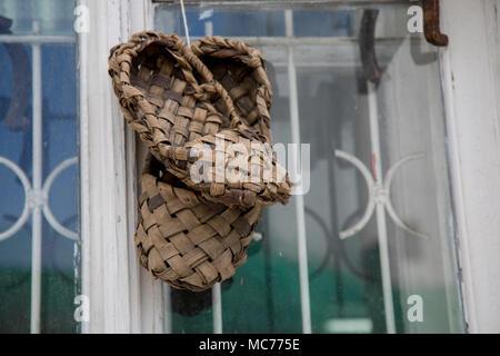 Sposa in russo il tiglio scarpe invece di scarpe di nozze · Coppia  liberiane scarpe da vicino lo sfondo della finestra Foto Stock da1f2498b27
