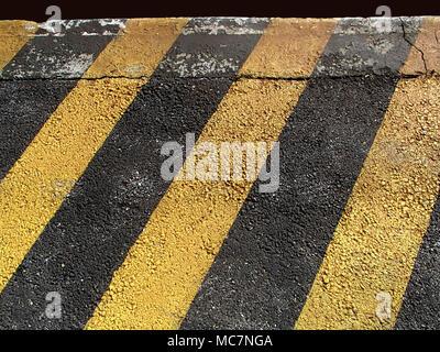 Giallo Nero le linee diagonali dipinta sullo sfondo a trama Foto Stock