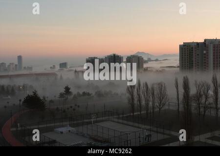 Nebbia mattutina oltre il sobborgo di Ankara Turchia Foto Stock