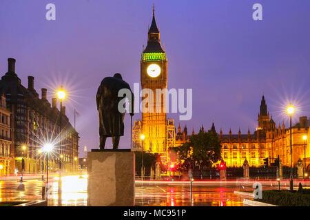 Il Big Ben torre a notte piovosa, Londra, Regno Unito.