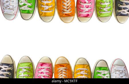 ... Converse stivali isolato su un bianco di sfondo per studio. La varietà  dei colorati scarpe di cuoio su uno sfondo bianco. sneaker scarpe  d3a729a507c