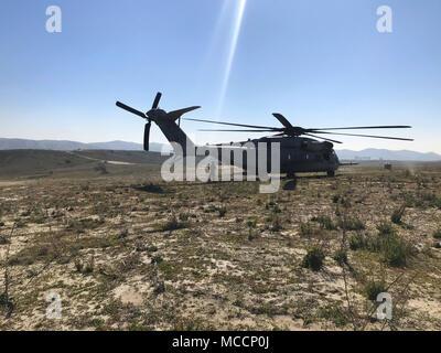 Sgt. Adam Collins, un CH-53E capo equipaggio con Marine elicottero pesante Squadron (HMH) 465, si prepara a caricare il primo stick di ponticelli durante il paracadute e operazioni di volo con la prima ricognizione marina battaglione al Marine Corps base Camp Pendleton, California, 6 feb. Durante il paracadute e operazioni di salto, la massa elemento di combattimento e l'aviazione elemento di combattimento lavorano insieme per garantire la sicurezza e la missione la realizzazione durante il corso di formazione. (U.S. Marine Corps foto di Sgt. David Bickel/rilasciato)