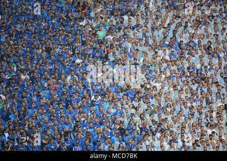 Gelsenkirchen, Germania 15 aprile 2018, Bundesliga giornata 30, FC Schalke 04 vs BV Borussia Dortmund: Schalke sostenitori. Credito: Juergen schwarz/Alamy Live News