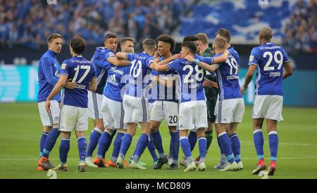 Gelsenkirchen, Germania 15 aprile 2018, Bundesliga giornata 30, FC Schalke 04 vs BV Borussia Dortmund: Schlussjubel Schalke. Credito: Juergen schwarz/Alamy Live News