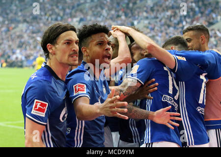 Gelsenkirchen (Germania). Xv Apr, 2018. I giocatori di FC Schalke 04 celebrare dopo rigature durante la Bundesliga match tra FC Schalke 04 e Borussia Dortmund a Gelsenkirchen, Germania, il 15 aprile 2018. Credito: Joachim Bywaletz/Xinhua/Alamy Live News