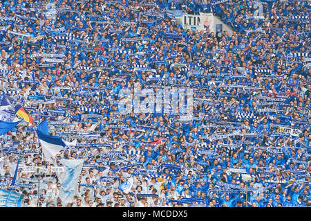 Gelsenkirchen (Germania). Il 15 aprile 2018. FC Schalke-BVB Soccer, Gelsenkirchen, 15 aprile 2018 fans celebrazione FC Schalke 04 - BORUSSIA DORTMUND 2-0 1.Divisione, Lega calcio tedesca di Gelsenkirchen, 15 aprile 2018, STAGIONE 2017/2018 © Peter Schatz / Alamy Live News