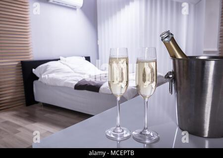 Camera Da Letto Color Champagne : Bicchieri da champagne in camera da letto foto & immagine stock