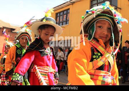 I bambini sfilano Potosí in Bolivia Foto Stock
