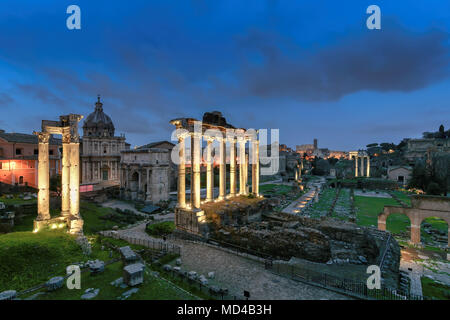Foro Romano di notte. Vista del Foro Romano e il Colosseo, Italia. Foto Stock