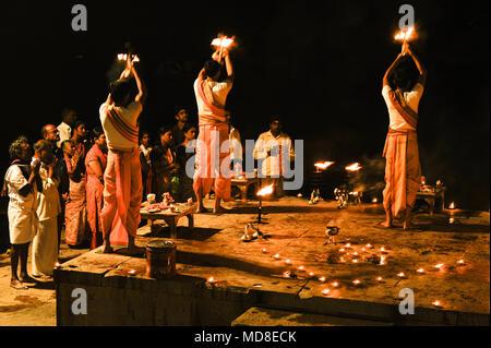 Induismo : Ganga Aarti Puja (cerimonia serale) in Varanasi, India Foto Stock