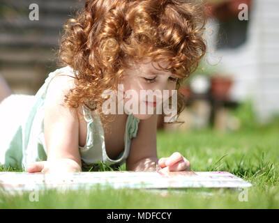 ... Paesaggio ritratto di un bambino di tre anni ragazza caucasica con  ricci capelli auburn posa in 606d4dc532e4