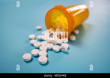 Pillole di bianco fuoriuscita dalla bottiglia. Foto Stock