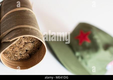 ... con la stella rossa · Alcuni sigari cubani laminato in foglia di banano  e cappello militare sullo sfondo Foto Stock 0662cd42f39e