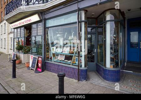 Sagomato in maniera interessante negozio di fronte ad un negozio di antiquariato sul lungomare a Margate nel Kent Foto Stock