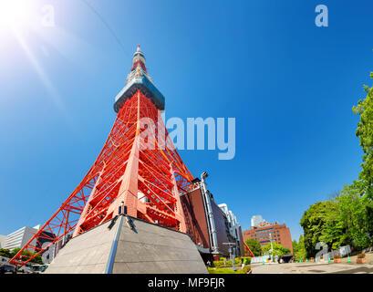 Vista della Torre di Tokyo in estate sul cielo blu sullo sfondo Foto Stock