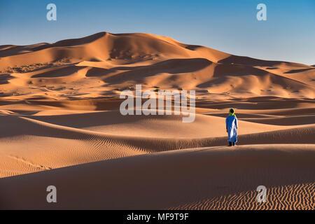 Un riff uomo sorge in corrispondenza del bordo del deserto del Sahara, Erg Chebbi, vicino a Merzouga, Marocco modello rilasciato Foto Stock