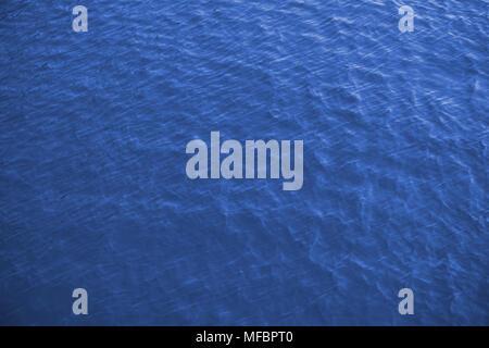 La superficie del mare vista aerea, royal sfondo blu Foto Stock