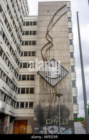 """Parete comunista arte su dei derelitti ex """"Haus der Statistik' (casa di statistiche) lungo otto Braun Strasse nel quartiere Mitte di Berlino in Germania nel 2018 Foto Stock"""