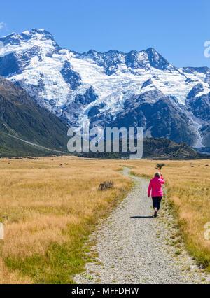 Nuova Zelanda Isola del Sud della Nuova Zelanda donna turista (modello rilasciato) passeggiate sul lungomare nel parco nazionale di Mount Cook Isola del Sud della Nuova Zelanda Foto Stock