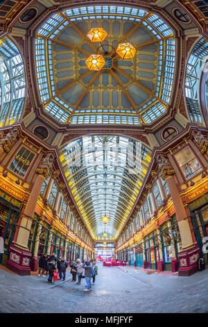 Vista fisheye del interno del mercato Leadenhall, la città di Londra, Inghilterra, Regno Unito, Europa Foto Stock