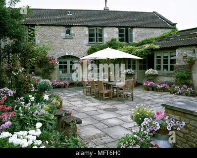 Esterno del retro terrazza di un casale in pietra con pavimento in