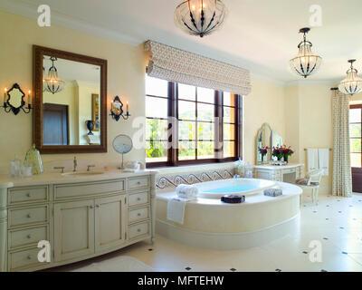 Credenza Per Bagno : Lavandino in unità di credenza accanto alla vasca bagno moderno