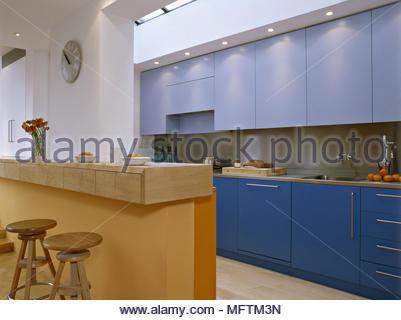 Moderna cucina blu isola centrale unità prima colazione bar