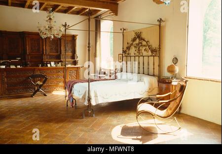 Antichi letti in ferro battuto con letto a baldacchino in camera da ...
