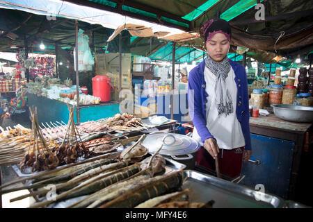Cham commercianti musulmani con una cattura di granchi nel mercato del granchio in Kep, Cambogia