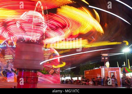 Motion Blur mostra colorate, strisce di luci in movimento veloce giro di carnevale al Gwinnett County Fair, il 17 settembre 2016 in Lawrenceville, GA. Foto Stock