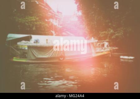 Scheda sfocata galleggiante sul canale. Foto Stock