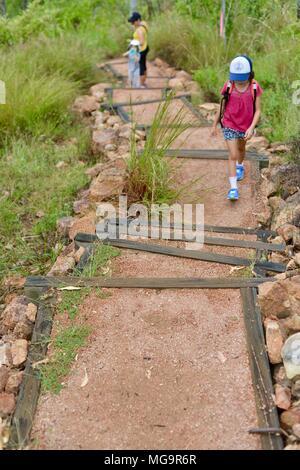 Giovane ragazza camminare su gradini in una foresta, Mount Stuart sentieri escursionistici, Townsville, Queensland, Australia Foto Stock