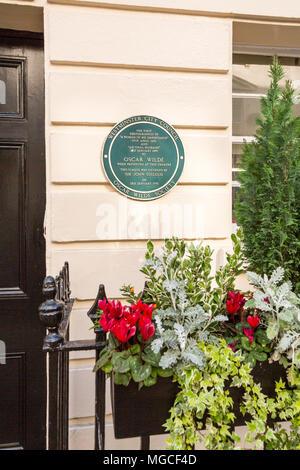 London, Regno Unito - 13 Maggio 2015: un segno al di fuori del Theatre Royal Haymarket note prime esecuzioni di Oscar Wilde gioca a teatro. Foto Stock