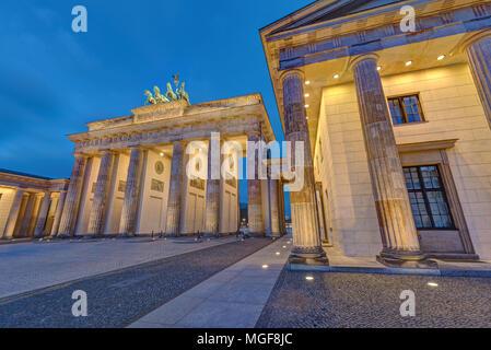 Il famoso illuminato Porta di Brandeburgo a Berlino, Germania, di notte Foto Stock